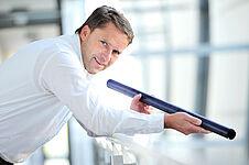 Bernd Kirste und eines seiner neuen Produkte - emailliertes Stahlrohr hochpräzise bearbeitet